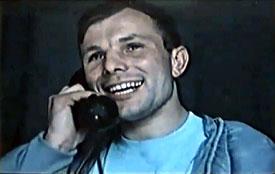 Юрий Гагарин разговаривает по телефону. Кадр кинохроники. 12 апреля 1961 года