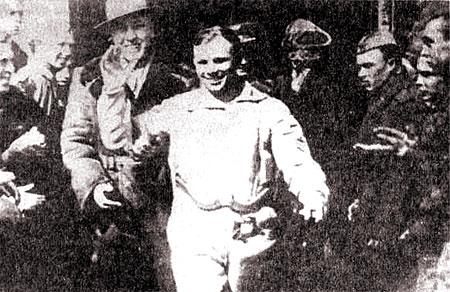 Один из первых снимков Юрия Гагарина после возвращения на Землю. Снимок сделан фотографом-любителем в районе города Энгельса Саратовской области. Фотография из фондов Мемориального музея космонавтики (город Москва)