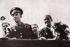 Юрий Гагарин и мама космонавта Анна Тимофеевна Гагарина