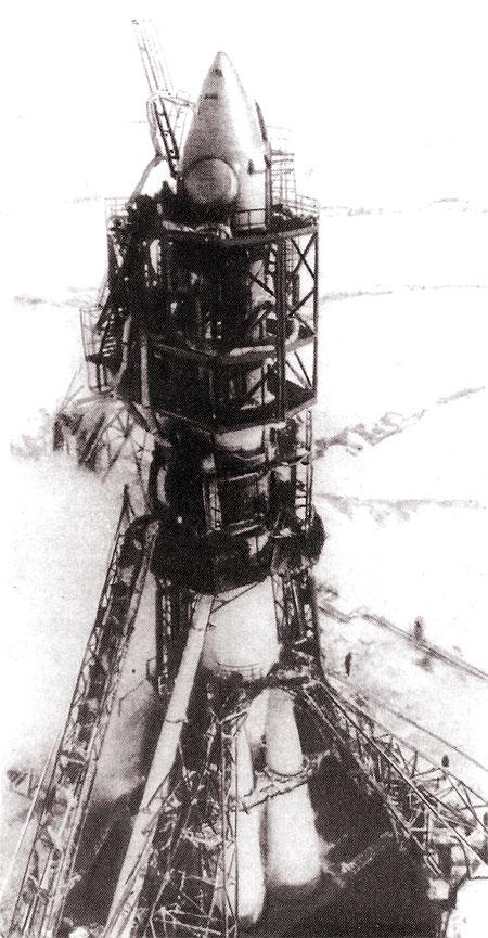 Предстартовая подготовка ракеты-носителя «Восток» (фотография из книги Б.Е.Чертока «Ракеты и люди. Горячие дни холодной войны»)