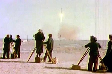 Старт ракеты на космодроме «Байконур». Кинооператоры запечатлевают исторический момент